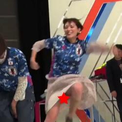 三谷紬アナ(25)、スカートが完全に捲れてパンチラ放送事故wwwwの画像