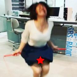 美人巨乳アナ、矢端名結(26)、パンモロ & おっぱいモロ見えハプニングwwwwwの画像