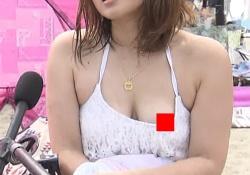 海水浴の巨乳ギャル、乳輪を晒してしまう放送事故wwwwwwの画像