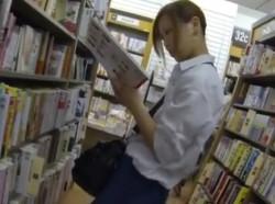 【隠撮動画】書店で茶髪美少女の女子校生を逆さ撮りしたらアクティブに食い込んだパンチラGETwwwの画像