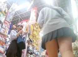 【HD隠撮動画】可愛い制服女子校生を追い回すのがもう最高!パンチラを逆さ撮りしたので共有するwwwの画像