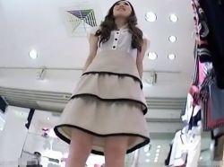 【隠撮動画】このアングル堪んねえ!美人ショップ店員さんの真っ白なフトモモとパンチラを逆さ撮りwwwの画像