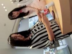 【隠撮動画】清楚系のスレンダー美人お姉様の買い物中のパンチラを逆さ撮りに成功したwwwの画像