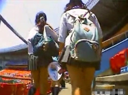 【隠撮動画】真夏の休場がやっぱ激アツ!ミニスカ女子高生のパンチラが撮り放題の神スポットwwwの画像