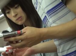 【隠撮動画】彼氏と買い物中の可愛いギャルのパンティ!隙を付いて股間から攻略したパンチラは格別wwwの画像