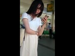 【隠撮動画】メガネっ子清純お姉さんのイエローパンティをエスカレーターで捲りパンチラしたったwwwの画像