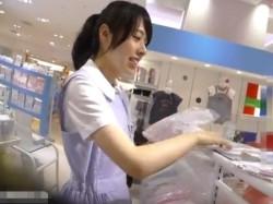 【隠撮動画】清楚美人なショップ店員のお嬢さんの清潔感あふれるパンチラを逆さHERO氏がご提供wwwの画像