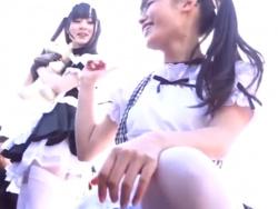 【HD隠撮動画】カメラ小僧(オッサン)に混じって清純地味子系の美少女コスプレイヤーのパンチラGET!の画像