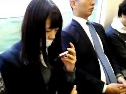 【隠撮動画】バレたら即逮捕!黒髪清純な美少女JKなのでVIP待遇並みの危険捲りパンチラwwwの画像