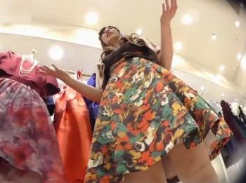 【隠撮動画】清楚系美人のショップ店員のお姉さまのムッチリ下半身からパンチラを逆さHEROが激写!の画像