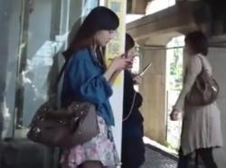 【隠撮動画】バレたら即逮捕!駅構内で清楚なギャルを発見すると尾行してスカート捲りパンチラ!の画像