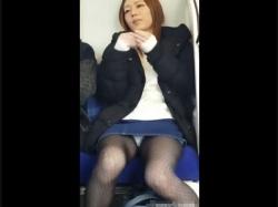 【隠撮動画】ラッキーパンチラ!電車対面の美人ギャルが居眠りすると股間ガード外れてパンティ凝視wwwの画像