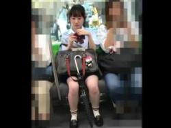 【隠撮動画】あどくろ!こういうか弱そうな清純美少女の女子校生のパンチラがやっぱ最高のオカズwwwの画像