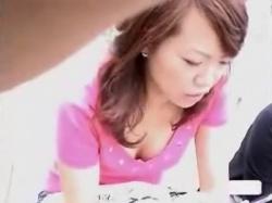 【隠撮動画】美人若妻の胸チラの誘惑!覗き込まずにはいられない胸元のエロスを映像を堪能するwwwの画像