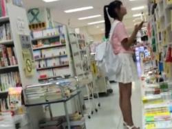 【隠撮動画】可愛らしい小○生のパンティを逆さ撮り!書店で隠し撮りされたアドケナイ下半身とパンチラ!の画像