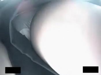 【隠撮動画】ヤバ過ぎる!美人ショップ店員のギャルのパンチラを接近戦の危険アングルで激写しまくり!の画像