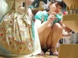 【隠撮動画】マジ大丈夫かよ!お母様とご一緒の童顔ロリ美少女の股間からぱんちゅパンチラを略奪wwwの画像
