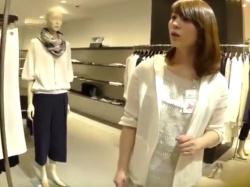 【隠撮動画】メッチャ美人で清楚なショップ店員のお姉様のパンチラを公開した逆さHEROでしたwwwの画像