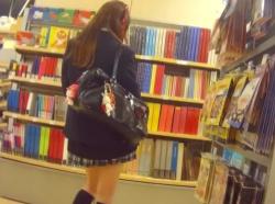 【隠撮動画】制服女子校生のお嬢ちゃんのパンチラを隠し撮りするとナプキンの羽がはみ出しているwwwの画像