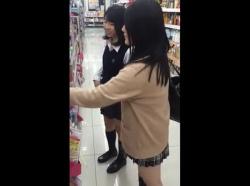 【隠撮動画】即削除!小学生級の中学生化も!アドケナイ制服美少女のパンチラを逆さ撮りwwwの画像