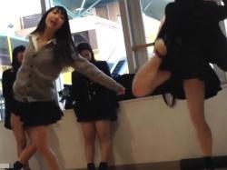 【隠撮動画】女子校生が放課後にふざけて撮影してSNSに投稿した映像がパンチラしまくってるwwwの画像