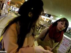 【隠撮動画】逆さHERO!素人ギャル二人組に粘着しても可愛い方のパンチラ収録に集中wwwの画像