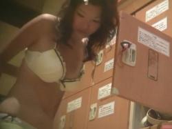 【隠撮動画】女子風呂脱衣所!素人美人ギャルの無防備な魅力を潜入した女撮り師が収録!!の画像
