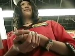 【隠撮動画】家電量販店でコスプレみたいな姿で販促してる美人ショップ店員のパンチラwwwの画像