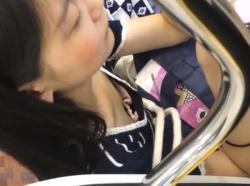 【HD隠撮動画】電車で絶景!美人お姉さんの胸チラを無断撮影して自宅でオカズ使用したwwwの画像