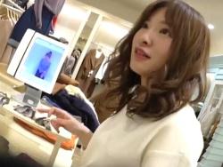 【隠撮動画】逆さHERO!オットリとした口調が好印象の美人ショップ店員さんのパンチラwwwの画像