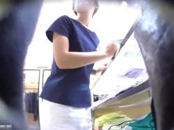 【隠撮動画】逆さHERO!色白清楚系のしっとり美人なショップ店員さんのパンチラwwwの画像
