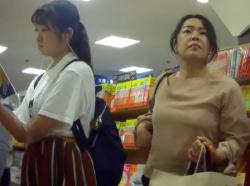 【HD隠撮動画】清純パンティ!ローティーンらしき娘のパンチラを逆さ撮りする変態映像!!の画像