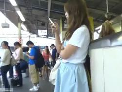 【隠撮動画】可愛いギャルを見つけては尾行をくり返す危険人物がスカート捲りパンチラを撮影!!の画像
