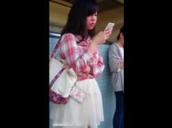 【HD隠撮動画】駅のホームで見かけた美人ギャルを尾行してスカート捲りパンチラを決める!!の画像
