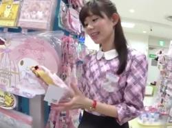 【隠撮動画】美人というか超可愛らしい清楚系ショップ店員さんのパンチラを逆さHEROが撮影!の画像