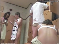 【隠撮動画】ヤッター当たり日だ!女子風呂脱衣所映像で女子大生美人の全裸収穫wwwの画像