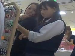 【隠撮動画】観覧注意!お母さんと一緒のJC中○生のロリ美少女のパンチラを逆さ撮りとか危険wwwの画像