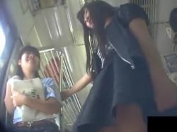 【隠撮動画】ヤバいやつ!どう見てもJS小○生クラスの私服女の子を逆さ撮りしてるヤツ!!の画像