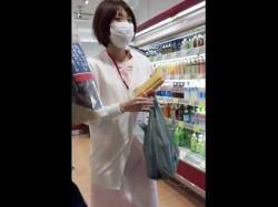 【隠撮動画】スーパーに昼ご飯を買いに来た看護師ギャルのパンチラを逆さ撮りして公開!の画像