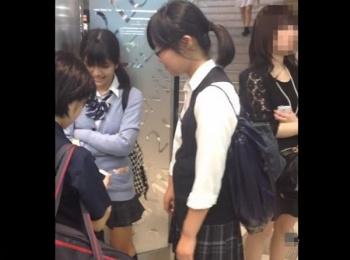 【HD隠撮動画】スマン、詳細不可!制服女子校生の際どいパンチラ映像に危険物混入事態!!の画像