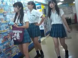 【隠撮動画】一人が驚異的に可愛い過ぎる!放課後の制服美少女たちに粘着してパンチラ攻略wwwの画像