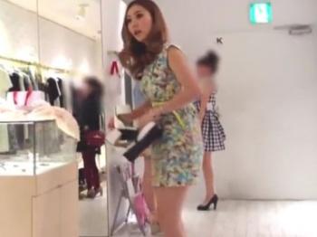 【隠撮動画】マジで美人なショップ店員の白ギャル美女のパンチラを接客中に無断撮影してるwwwの画像