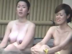 【隠撮動画】馬鹿でけー!女子風呂で隠し撮りされた爆乳妊婦さんとババアの全裸コラボ映像wwwの画像