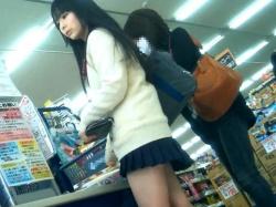 【隠撮動画】肌質サイコー!色白美少女の制服女子校生を逆さ撮りしたパンチラ映像の傑作wwwの画像