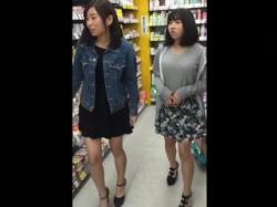 【隠撮動画】清純そうな私服女子校生のお嬢ちゃん二人組のパンチラを逆さ撮り攻略した記録wwwの画像