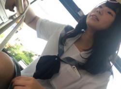 【HD隠撮動画】会話なども聞こえてヤバイ!バスで超絶美少女なJKのパンチラを無断撮影!!の画像