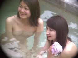 【HD隠撮動画】女子風呂覗き放題な旅館従業員が美人ギャル三人組の全裸美乳マンコを無断撮影!の画像