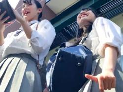 【HD隠撮動画】清純ピュアな制服美少女二人組に話しかけてパンチラを逆さ撮りした問題映像wwwの画像