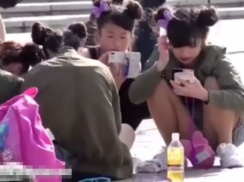 【隠撮動画】即削除!JDやJKにJCどころかJSが混入!!!ディ◯ニーランドで美少女達のパンチラ乱獲wwwの画像