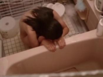 【隠撮動画】他人宅の風呂場を覗き!わざとバレるまで撮影して全裸女性の絶叫を楽しんでる!!の画像